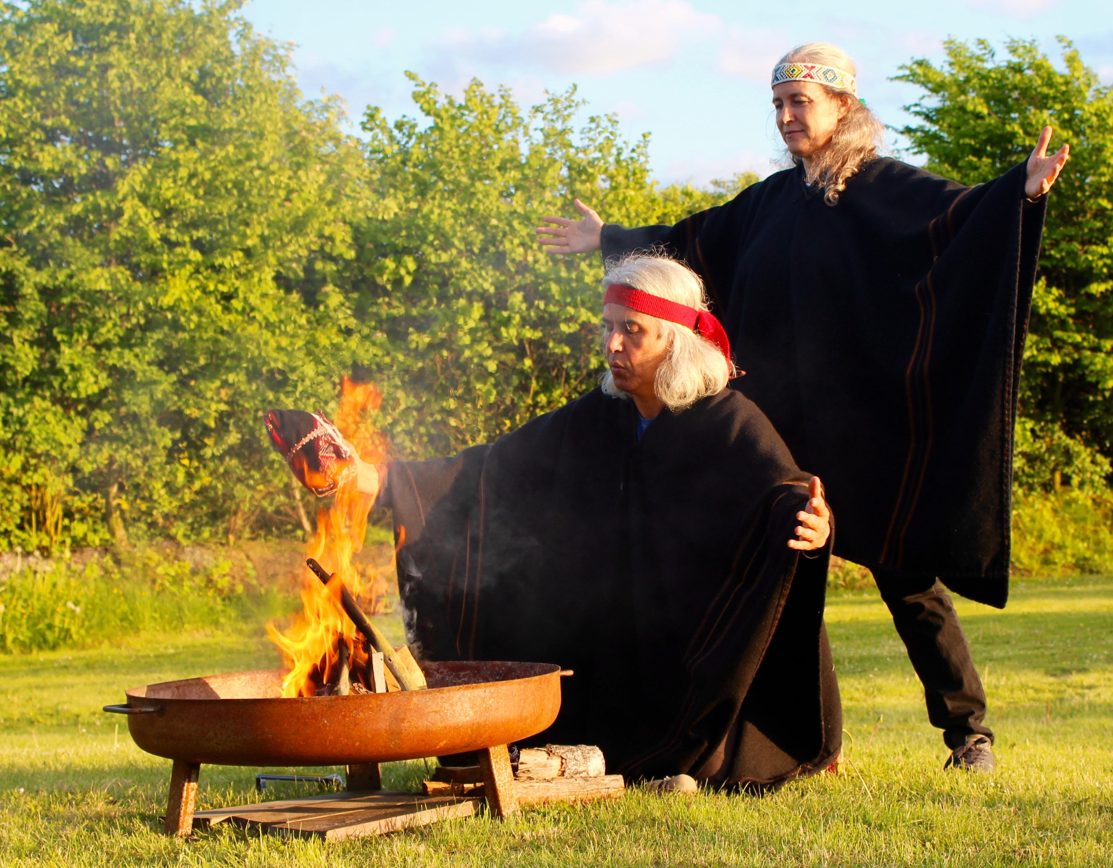 Schamanische Zeremonie mit Feuer
